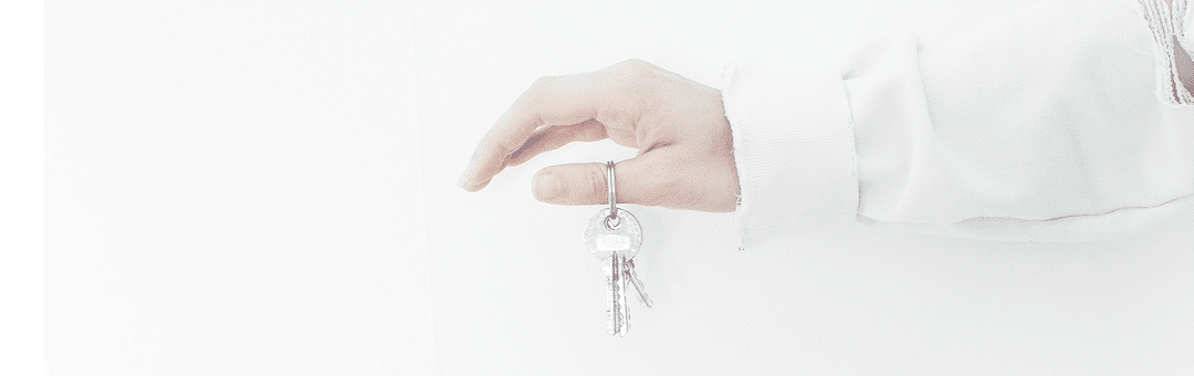 A person holding some keys